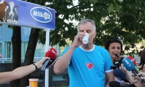 30.08.2015. Jerko Ivankovic Lijanovic i novinari na press konferenciji konzumirali su domace mlijecne proizvodee